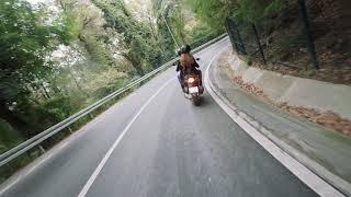 Motoros bátran robog a veszélyes úton.