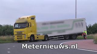Aanhanger schiet achter truck vrachtwagen weg in Ommen