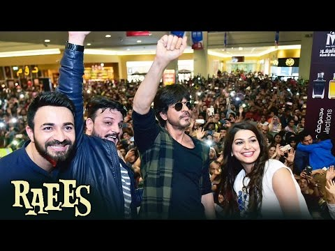CROWD Goes CRAZY For Shahrukh Khan In DUBAI Bollywood Park - Raees Promotion
