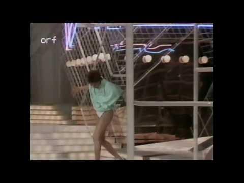 Lill Lindfors tappar kjolen (1985)