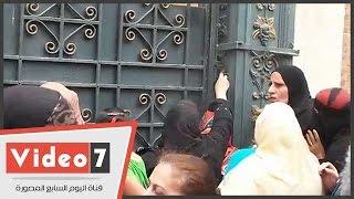 بالفيديووالدة طالبة بالثانوية العامة تسرب تليفون لابنتها من خلف قضبان مدرسة بمصر الجديدة