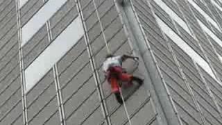 Alain Robert scaling Suntec Tower 1, Singapore