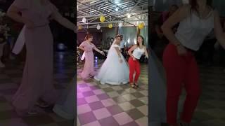 Невеста танцует для ЖЕНИХА