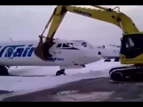 แค้นอะไรเบอร์นั้น!พนง ถูกไล่ออกขับรถไถทับเครื่องบิน