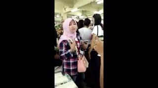 Pendukung Ahok Berhijab Ini Bikin Heboh, Saat Ditanya Rukun Iman Dan Islam Oleh Pedagang Di Pasar
