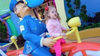 Дети играют в супер парке аттракционов Видео для детей