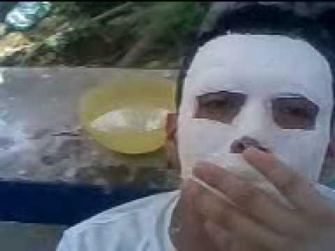 La máscara de la gelatina y el carbón activo para la persona sobre el bañomaría