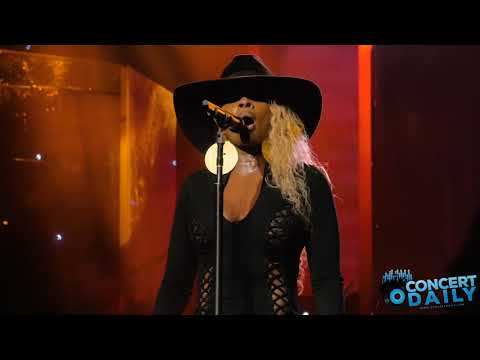 "Mary J. Blige performs ""U + Me (Love Lesson)"" live in Baltimore"