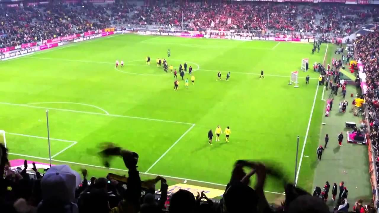 Feiern mit der Mannschaft nach dem 3:1 Sieg in der Arroganz Arena