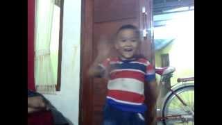 "Balita menyanyikan lagu kebangsaan Indonesia ""Indonesia Raya"""