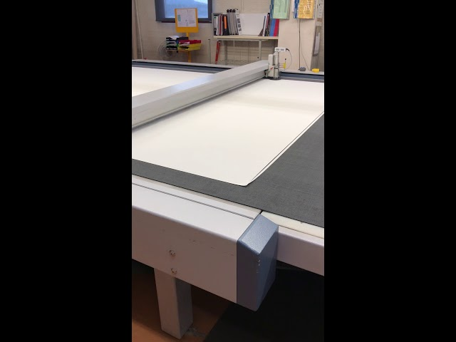 Video of the Bandalux state of the art machine cutting the fabric to manufacture a roller shade
