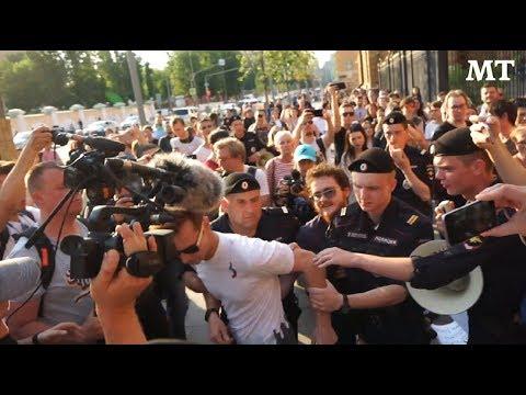 Dozens Protest Russian Investigative Reporter's Arrest in Moscow