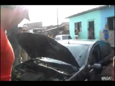 Đội cứu hộ bắt con trăn to nằm trong khoang động cơ ôtô.