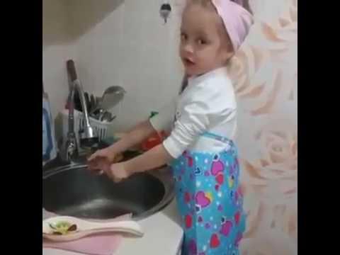 видео прикол девочка моет посуду