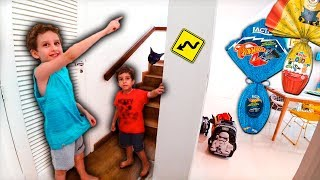 Paulinho and Toquinho Pretend Play Hunting Easter Eggs Hot Wheels and Minions
