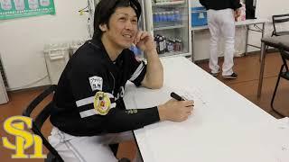 11月4日、1000奪三振を達成した千賀滉大投手。手にしたボードには、すでに和田毅投手・石川柊太投手からのメッセージがありました。それをきっかけに、千賀投手は ...