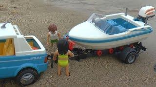 Сеня играет в машинки игрушки и перевозит на трейлере катер к морю
