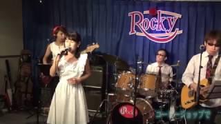 昭和アイドル歌謡バンド「藤本☆小夏とファンタジー」のライブにて あべ...