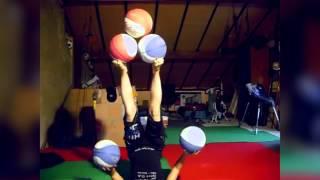 Jongleaza cu mingi de baschet cu picioarele! Asta da talent!