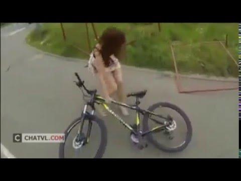 Thiếu nữ tụt váy khi chạy xe đạp
