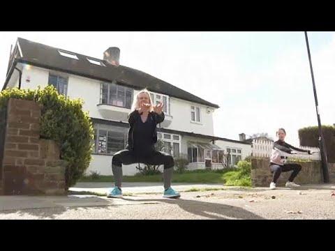 مدربة رياضة بريطانية تساعد جيرانها للحصول على لياقتهم البدنية…  - 07:58-2020 / 4 / 5