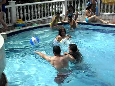 Juego de pelota en la piscina youtube for En pelotas en la piscina