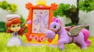 Мультик с игрушками - София Прекрасная рисует коняшку