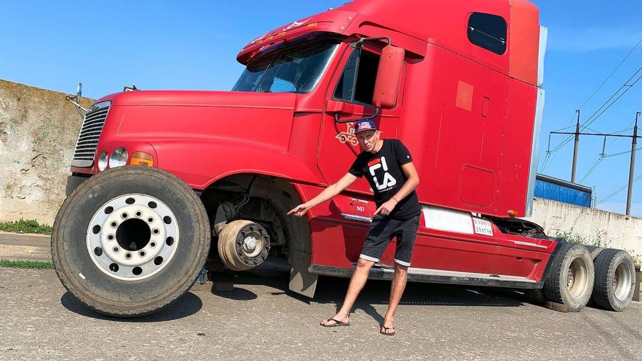 The wheel fell off on big Truck - Captain America helping Man