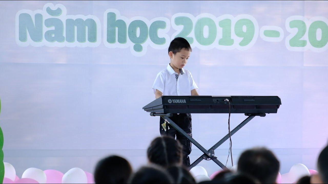 Siro đàn bài Auld Lang Syne trong buổi lễ tốt nghiệp của trường | SIRO PIANO