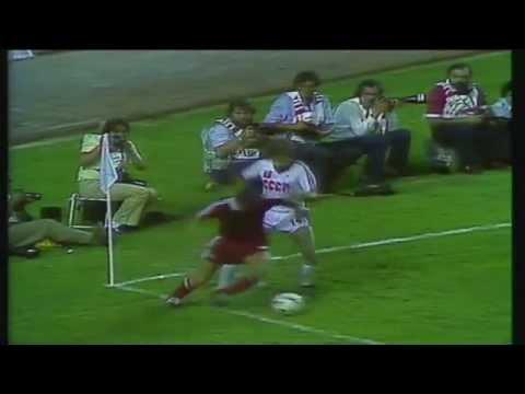 Włodzimierz Smolarek w meczu z ZSRR na mundialu w Hiszpanii. Wideo