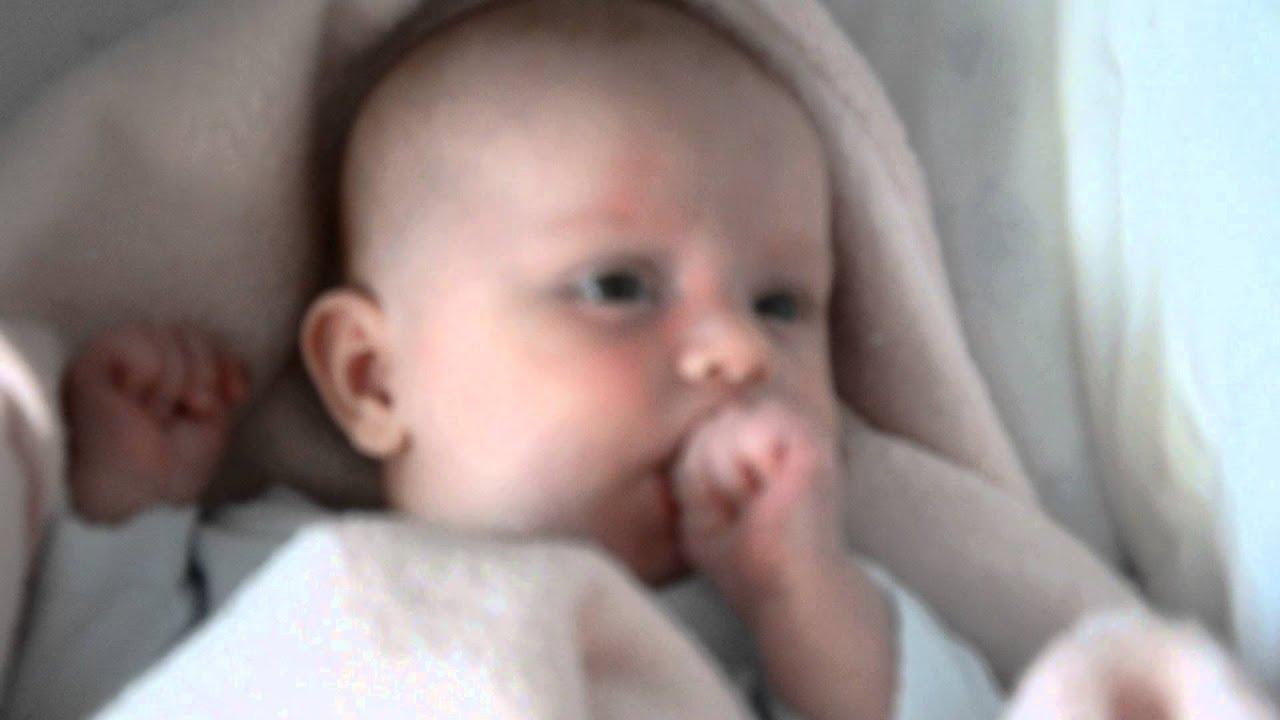 Сосет щеку малыш