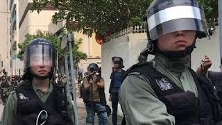 香港九龙湾警局外再次发生警民冲突