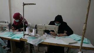 شاهد: سوري يبدأ خط إنتاج كمامات لمواجهة فيروس كورونا في مناطق شمال سوريا…