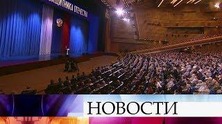 Владимир Путин поздравил с 23 февраля весь личный состав Вооруженных сил России и всех ветеранов.