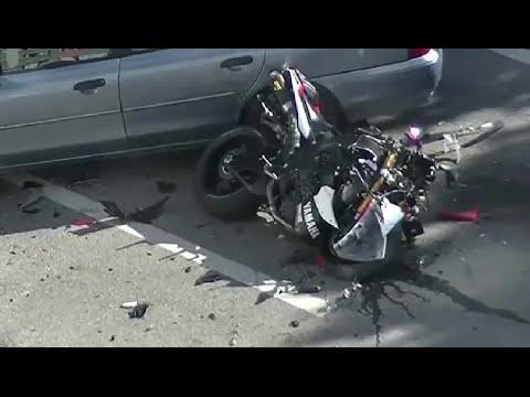 choc violent accident moto vs voiture motard hurlant de douleur youtube. Black Bedroom Furniture Sets. Home Design Ideas