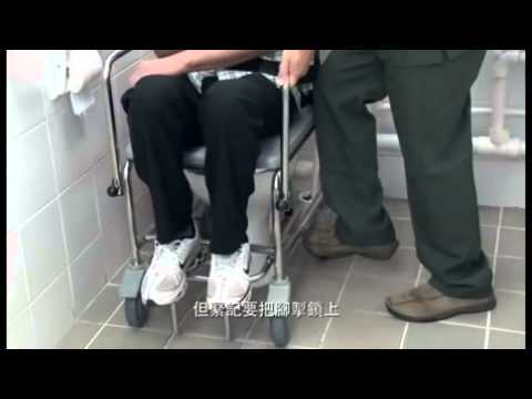 協助坐便椅的長者到廁所如廁