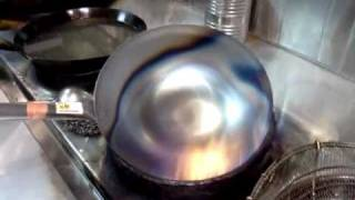 How professional season their carbon steel wok ( 怎么开锅的过程)