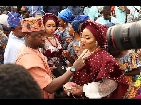 See Big Men Spraying Money As Pasuma Sings at Alaafin of Oyo 2 twins naming ceremony