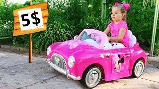 Diana chơi với những chiếc xe đồ chơi mới