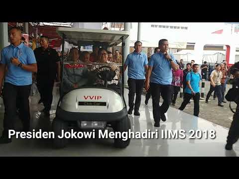 Pakai Jaket Andalan, Jokowi Lihat-Lihat Mobil di IIMS 2018