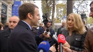 Quand Emmanuel Macron croise une fan sur les Champs Elysées