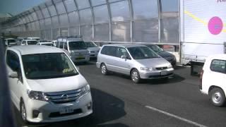 大渋滞の中緊急走行する神奈川県警高速道路交通警察隊YPYセドリック