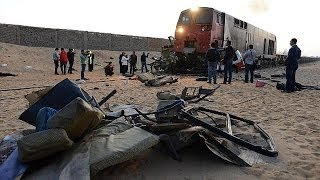 اصطدام قطار بمركبتين جنوب القاهرة يخلف 26 قتيلاً وتضارب حول سبب الحادث