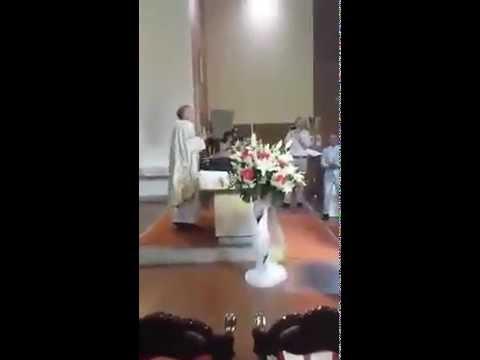 Don Bruno il prete che canta e balla Mamma Maria ai Matrimoni