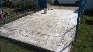 Стоянка для машины на даче из бетона.