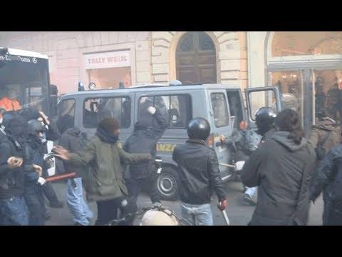 Assalto Guardia di Finanza e carica Via del Corso - Roma