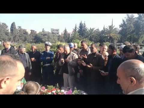 شاهد.. مواطنون ومواطنات يزورون قبر الراحل قايد صالح يوم الجمعة يبكرون بحرقة حزنا على فراقه