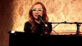 """Tori Amos spielt """"Trouble's Lament"""""""