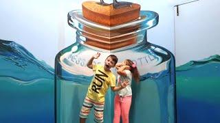 Али и Адриана в музее иллюзий