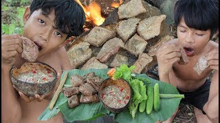 Primitive Technology - Yummy cooking beef sauce on a rock - eating delicious